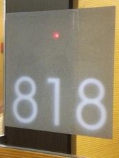 """Paperia säästävä, vaihtoehto """"Älä häiritse"""" -kyltille: punainen valo huonenumeron yhteydessä."""